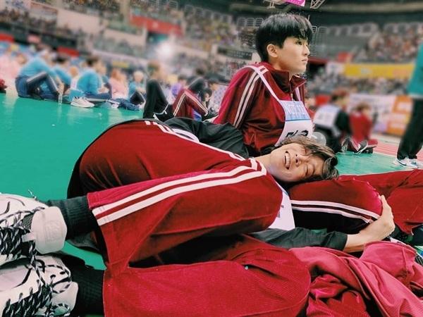 Yuta (NCT 127) cười sung sướng khi nằm gối đầu lên đùi Mark.