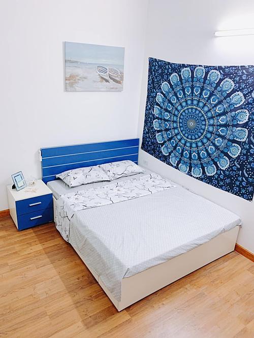 Phòng ngủ thứ hai trong căn hộ sử dụng tông màu trắng - xanh mát mắt.