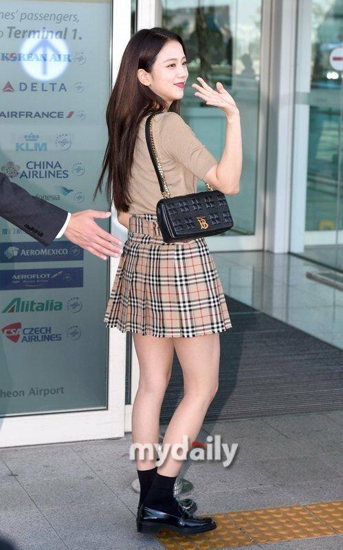Ji Soo vẫy chào người hâm mộ trước khi vào làm thủ tục ở sân bay.
