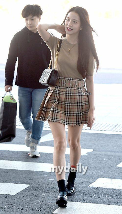 Ji Soo xuất phát đi Anhđể tham dự Tuần lễ thời trang London. Đây là sự kiện cá nhân tại nước ngoài đầu tiên trong 2019 của nữ idol sinh năm 1995.
