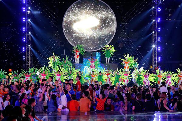 Tối13/9, lễ hội Trung thu 2019 với chủ đề Đêm thu cổ tích diễn ra tại quảng trường Đài Truyền hình Việt Nam có sự tham gia của nhiều nghệ sĩ. Họ cùng nhauhóa thân thành các nhân vật cổ tích, thần thoại, hoạt hình đầy sáng tạo.