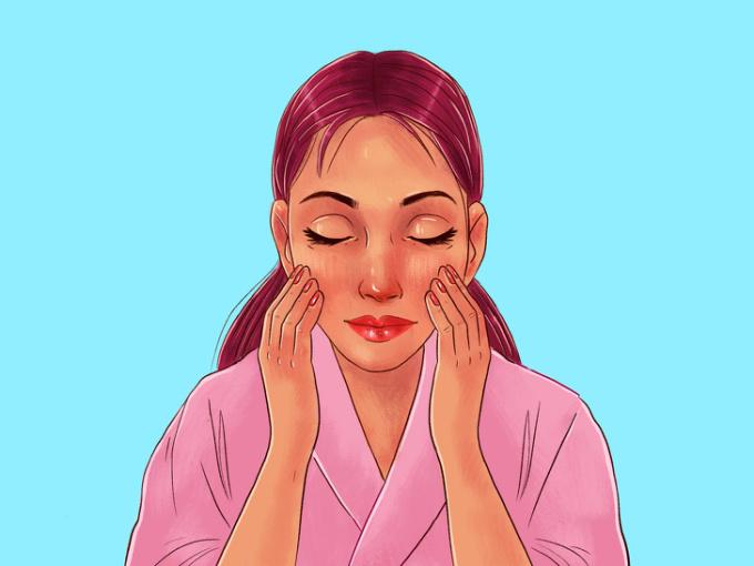 <p> <strong>Bước 4: Massage vòng tròn trên má</strong><br /> Dùng 4 đầu ngón tay di chuyển hình vòng tròn nhỏ và kéo rộng ra trên má.</p>