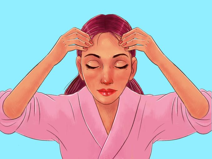 <p> <strong>Bước 9: Trán</strong><br /> Đặt 4 ngón tay ngay trên lông mày, sau đó dùng một lực nhẹ miết đều ra hai bên nhằm làm giảm các nếp nhăn trên trán. Động tác này thực hiện 6 lần.</p>