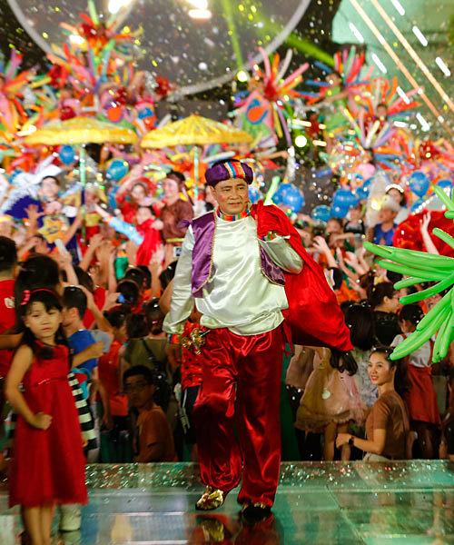 Aladdin Tự Longvác bao tải quà tặng các em nhỏ.