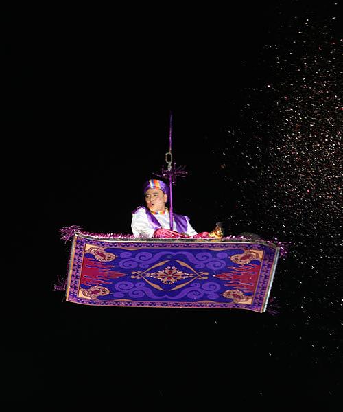 NSND Tự Long hóa thân thành Aladdin bay ra từ tấm thảm thần kỳ.