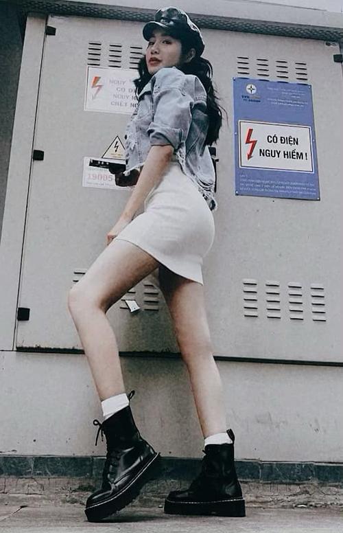 Elly Trần gây tranh cãi khi tạo dáng bên hộp điện được cảnh báo nguy hiểm.