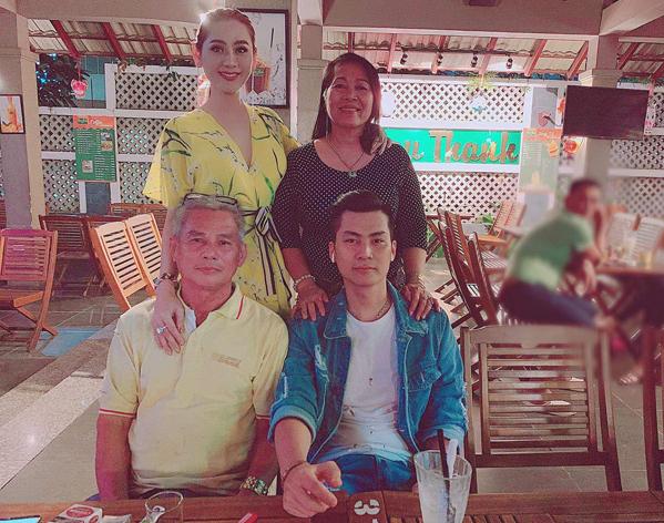 Vợ chồng Lâm Khánh Chi đưa bố mẹ đi ăn tối.