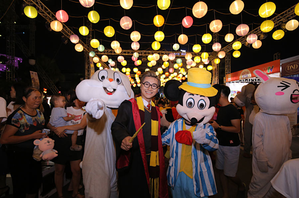 Ban tổ chức dành riêng một khu vực trao đèn lồng để các em nhỏ lưu giữ khoảnh khắc tuổi thơ đáng nhớ. Công Tố vào vai Harry Potter. Anh chụp hình với những mascort hoạt hình.
