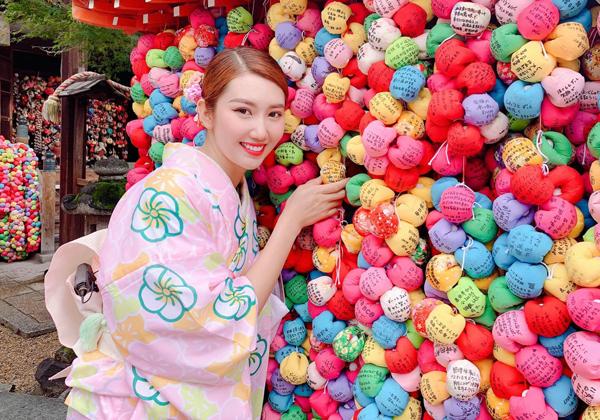 Thúy Ngân khoe vẻ rạng rỡ trong bộ kimono.