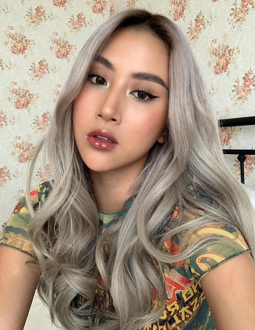 Quỳnh Anh Shyn giống hệt gái Tây với mái tóc xám bạc và lối trang điểm sắc sảo.