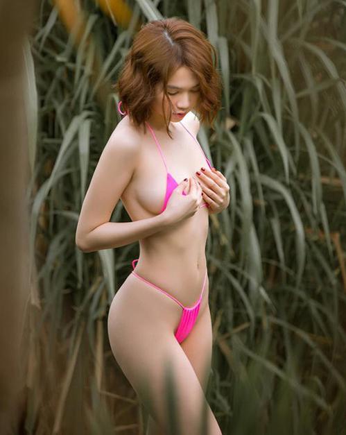 Trong bộ ảnh mới ở Bali, Ngọc Trinh khoe vóc dáng trong bộ bikini hồng neon. Thiết kế nhỏ xíu mặc như không khiến nữ hoàng nội y một lần nữa gây sốc vì độ táo bạo.