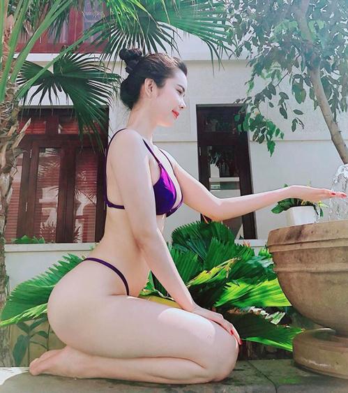 Chân dài Huỳnh Vy thường xuyên khoe da trắng, dáng nuột trong những bộ đồ bơi hai mảnh không có nhiều tác dụng che chắn cơ thể.