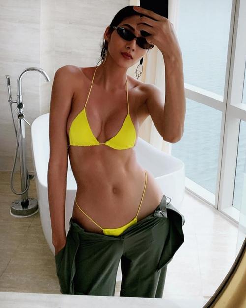 Hình ảnh kéo trễ cạp quần để lộ bộ bikini mảnh mai như sắp đứt khiến Hoàng Thùy bị chê không phù hợp với hình ảnh một á hậu.