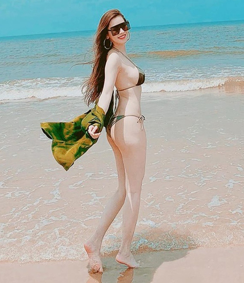 Quế Vân choàng thêm khăn nửa kín nửa hở khi mặc bikini siêu bé.