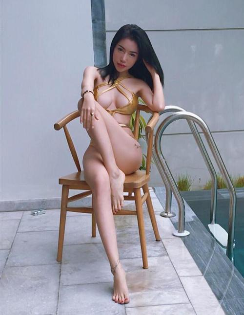 Nhiều thiết kế mặc cho vui khiến Elly Trần bị chê hở hang quá mức.
