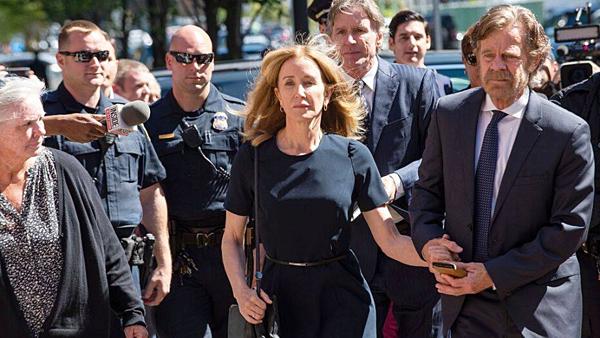 Bà Felicity Huffman và chồng rời khỏi tòa án hôm 13/9. Ảnh: AP