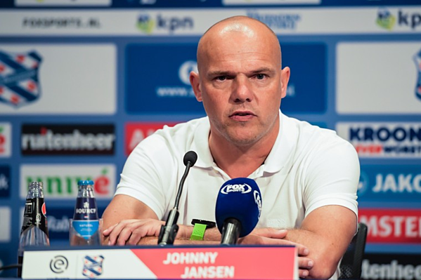 HLV Johnny Jansen phát biểu trong cuộc họp báo trước trận đấu.