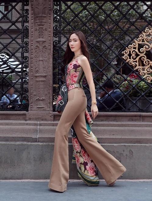 Jessica khoe đường cong quyến rũ trên đường phố New York.