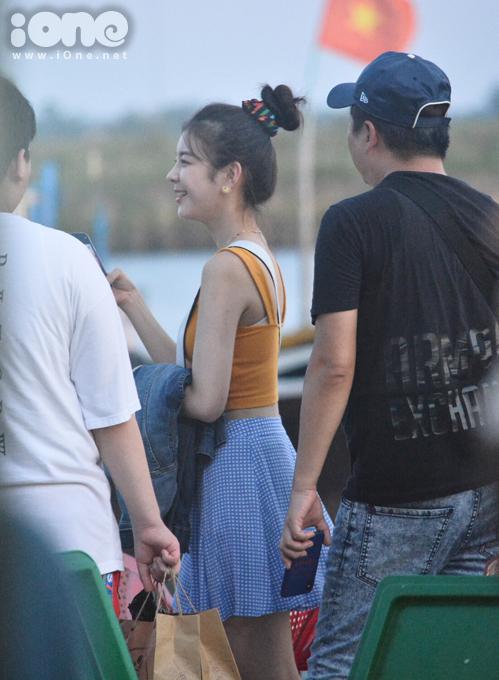 Nữ idol sinh năm 2000 rạng rỡ nói cười bên bố và em trai (áo trắng). Trước đó cô nàng đăng loạt ảnh chụp tại một khu nghỉ dưỡng cao cấp ở Đà Nẵng và cho biết đang có khoảng thời gian vui vẻ với gia đình.