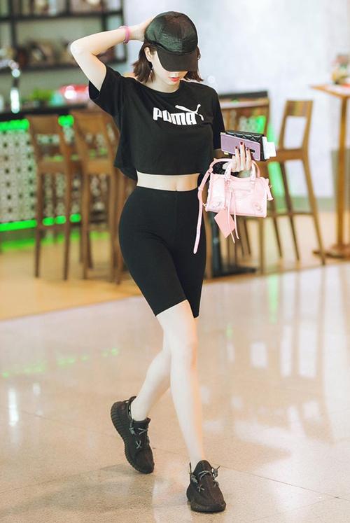 Dù không có giá đắt đỏ như Gucci, Chanel nhưng đôi Adidas Yeezy Boost được Ngọc Trinh nhận xét là dễ đi hơn cả. Đế giày êm ái, phom giày ôm sát bàn chân dễ di chuyển. Ngọc Trinh cho biết cô luôn diện đôi giày để đi du lịch và bắt buộc phải đi bộ nhiều. Vì quá yêu thích Yeezy Boost, chân dài chi khoảng gần 40 triệu đồng để sắm về 4 đôi khác màu.