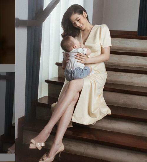 Trên trang cá nhân, Tú Anh không ít lần khoe hình ẵm hoặc chơi với con trai, tuy nhiên đều giấu mặt. Người đẹp sinh năm 1993 cho biết cô sẽ công khai dung mạo của con khi đến thời điểm phù hợp.