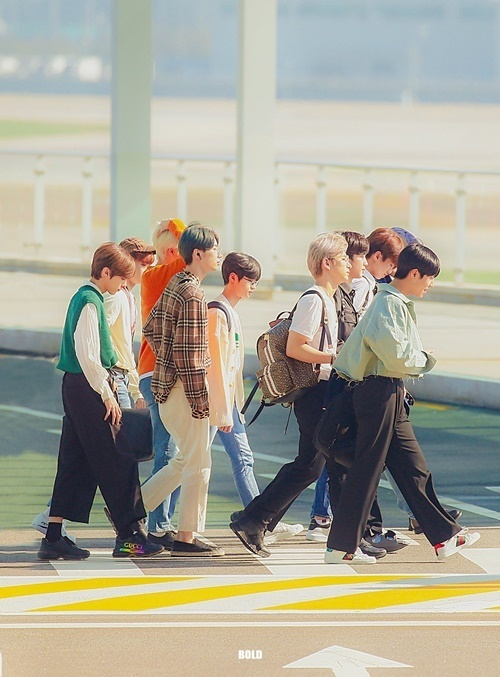 Ngày 15/9, X1 lên đường sang Nhật. Đây là lịch trình nước ngoài đầu tiên của nhóm sau khi ra mắt.