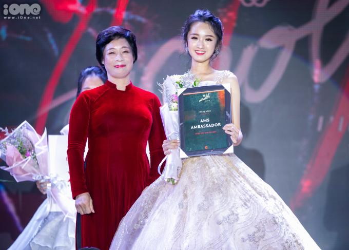 <p> Với sự tự tin và đầy bản lĩnh của mình. Nguyễn Đăng Hoa Huyền lớp chuyên Sử đã vượt qua 9 thí sinh để giành ngôi vị cao nhất.</p>