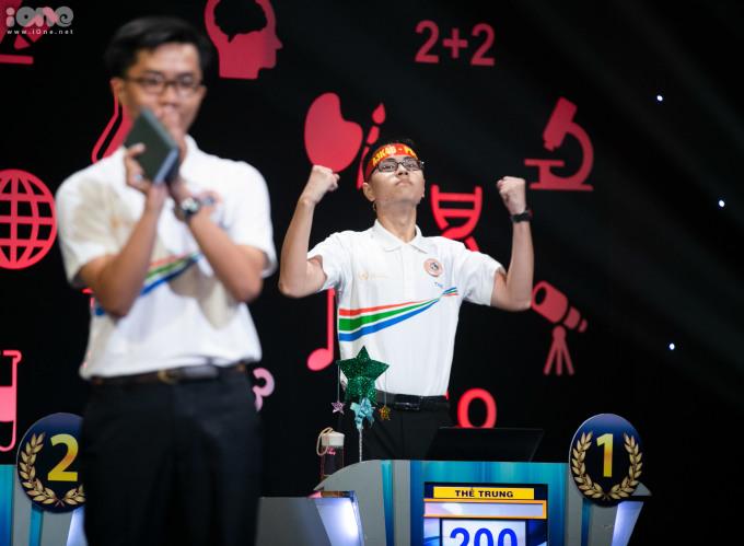 <p> Đặc biệt, trong câu hỏi số 3 có sử dụng ngôi sao hy vọng, Bá Vinh mất 30 điểm vào tay Thế Trung. Kết thúc vòng thi Về đích, Bá Vinh đạt 120 điểm.</p>
