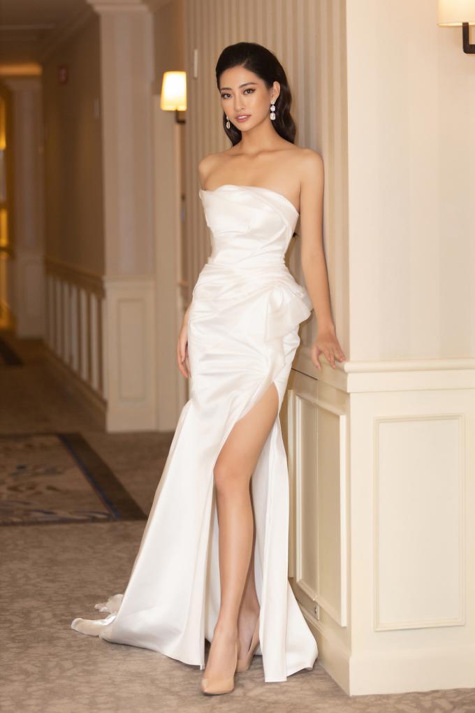 """<p> Nổi bật với chiều cao 1,78m, Hoa hậu Lương Thùy Linh """"phá bỏ"""" hình ảnh an toàn trước đây với váy xẻ đùi cao.</p>"""