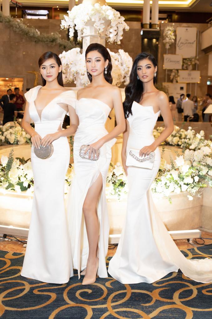 <p> Ba người đẹp cùng diện váy dạ hội ôm sát, khoe vai trần và chân thon dài tại sự kiện ở TP HCM hôm 14/9. Từ sau cuộc thi cách đây hai tháng, họ ngày càng thân thiết.</p>