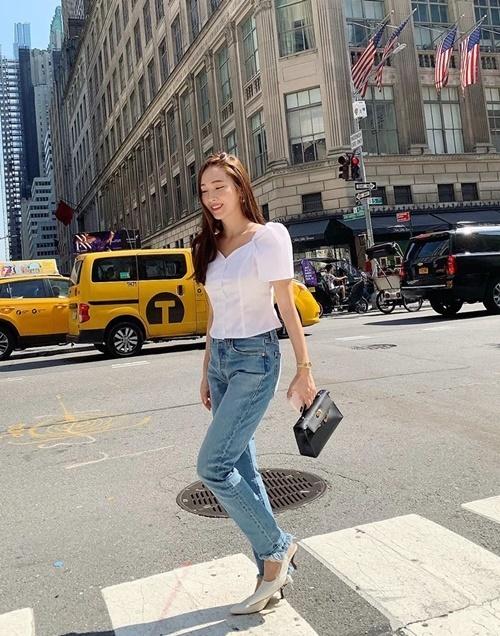 Jessica đang có lịch trình bận rộn ở Mỹ, tham dự các show thời trang và chụp hình quảng cáo cho thương hiệu riêng.