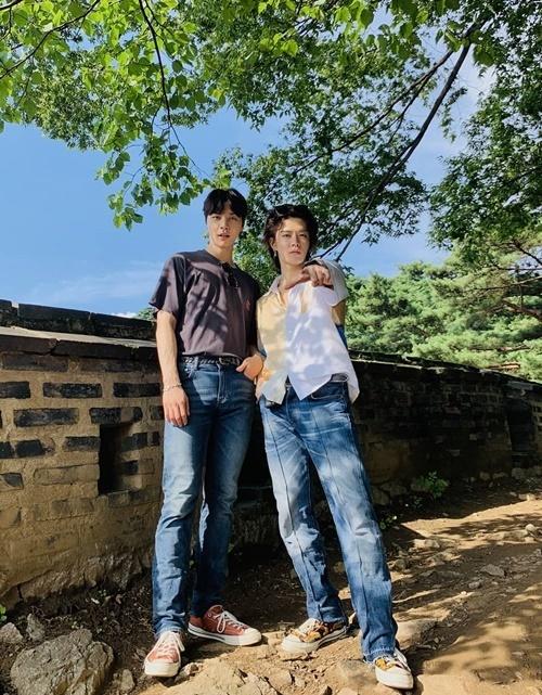Bộ đôi trai đẹp Johnny (trái) và Yuta của NCT 127 đi leo núi cùng nhau.