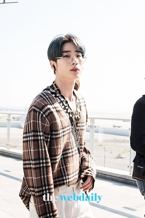 Han Seung Won ra sân bay cũng khí chất như đang chụp tạp chí. Áo cổ chữ V giúp nam idol khoe trọn bờ vai rộng và xương quai xanh gợi cảm.
