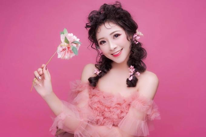 """<p> Nhật Linh còn một """"chuyên gia"""" trang điểm. Cô bạn là gương mặt được nhiều cửa hàng thời trang để ý trong việc làm model.</p>"""