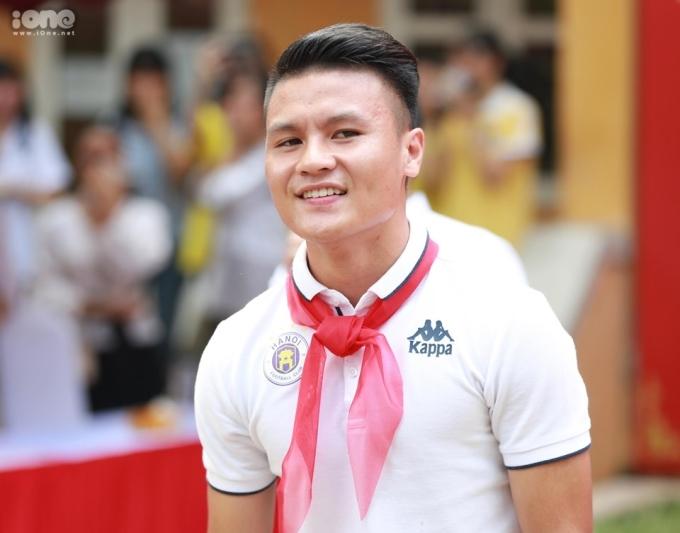 """<p> Nguyễn Quang Hải là gương mặt nhận được sự yêu mến của các bạn học sinh. Trong phần giao lưu, nhiều bạn có yêu cầu vừa khó, vừa """"lầy lội"""" khiến các cầu thủ bật cười.</p>"""