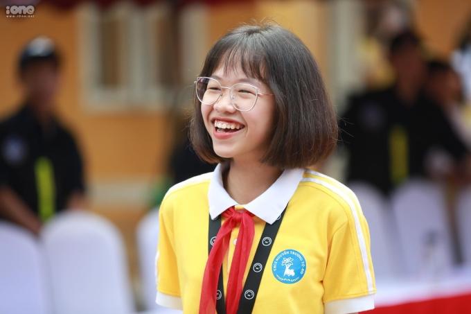 <p> Nụ cười vui vẻ của nữ sinh sau khi được thần tượng động viên. Nhiều bạn học sinh ghen tỵ và gọi cô bạn là 'Nữ sinh hạnh phúc nhất ngày hôm nay'.</p>