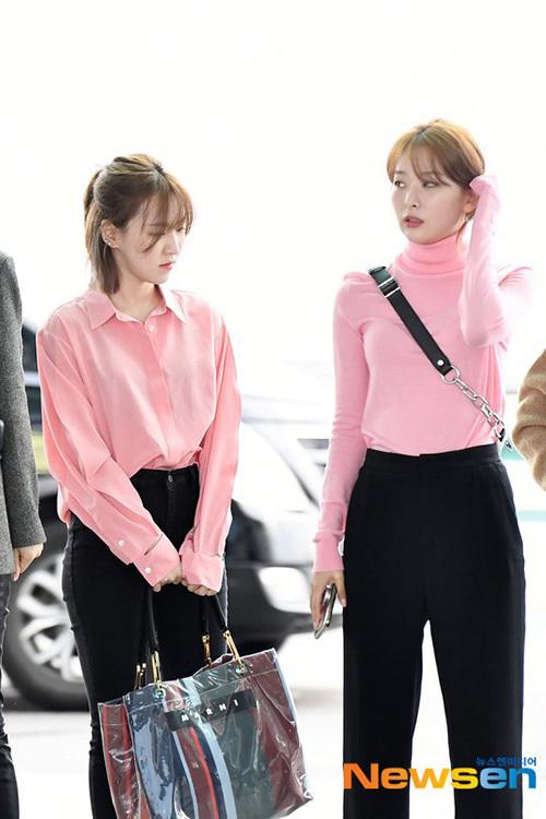 Wendy và Seul Gi đều mặc tông màu hồng nhưng có phong cách hoàn toàn khác biệt.