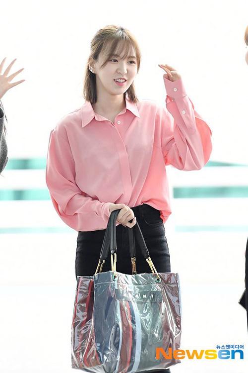 Wendy thường chú trọng đến trang phục rộng, thoải mái và chuộng kiểu túi khổng lồ.