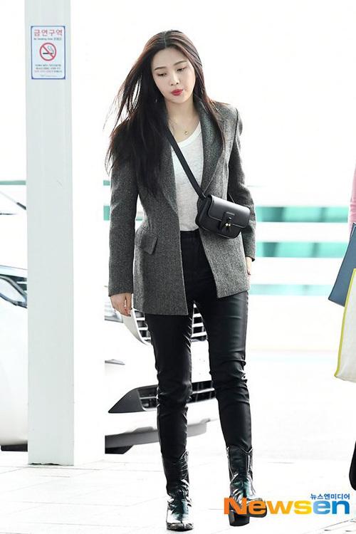 Ngày 16/9, Red Velvet lên đường sang Thụy Sĩ thực hiện lịch trình. Joy thu hút ánh nhìn với set đồ sang chảnh của thương hiệu ON&ON