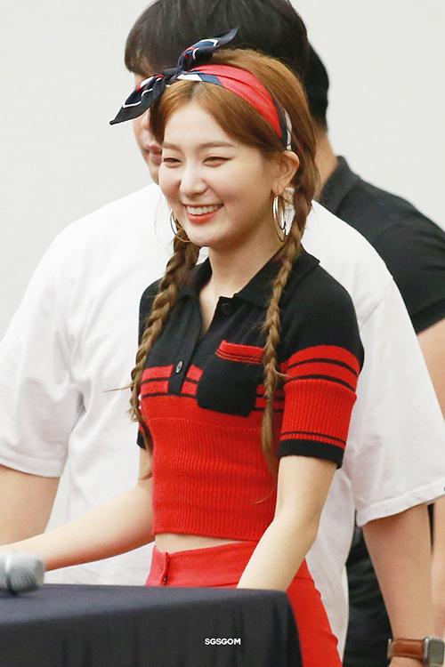 Sử dụng khăn để làm cài tóc rất được lòng Seulgi (Red Velvet), cô nàng thường xuyên xuất hiện với phụ kiện đáng yêu này