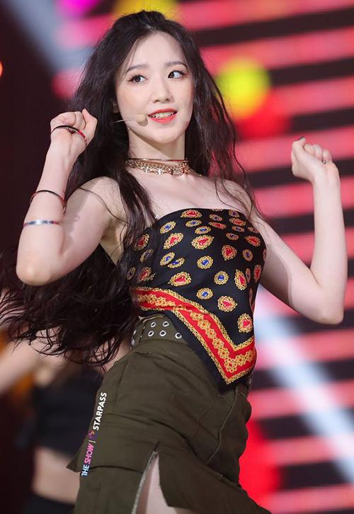 Shu Hua ((G)I-DLE)  cũng chọn biến tấu khăn thành áo cho outfit biểu diễn của mình.