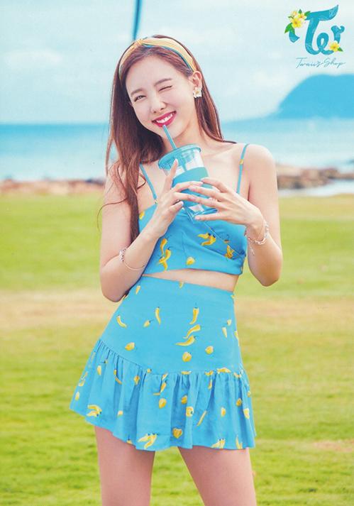 Nayeon cực tươi tắn với set đồ màu xanh mát mắt tông xoẹt tông cùng phụ kiện là băng đô từ khăn