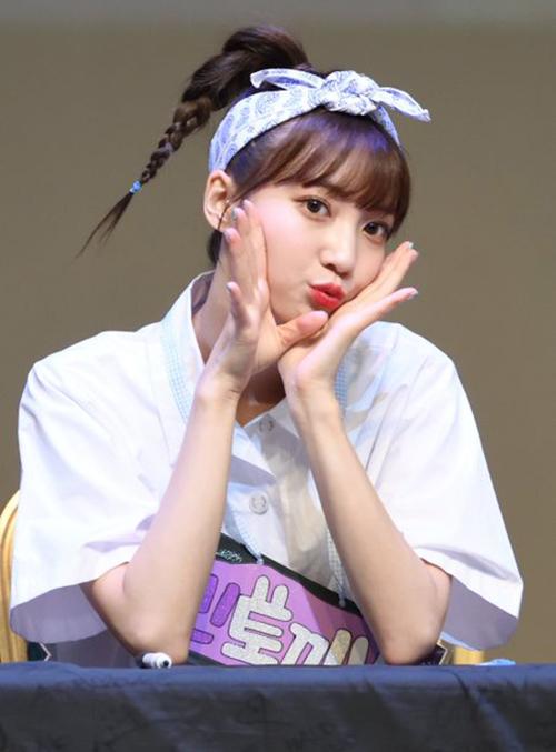 Binnie (Oh my girl) đáng yêu khi dùng khăn làm băng đô cài tóc