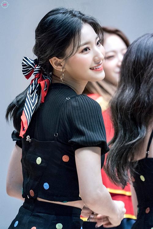 Sea Rom (fromis_9) cũng chọn buộc tóc với chiếc khăn viền đỏ nổi bật làm rạng rỡ thêm nhan sắc của cô nàng