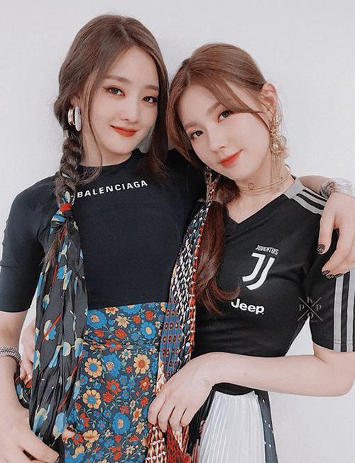 Bên cạnh dùng để buộc tóc, thì 2 cô nàng  Minnie (trái) và Miyeon (phải) của nhóm (G)I-DLE còn độc đáo hơn khi tết tóc với khăn.