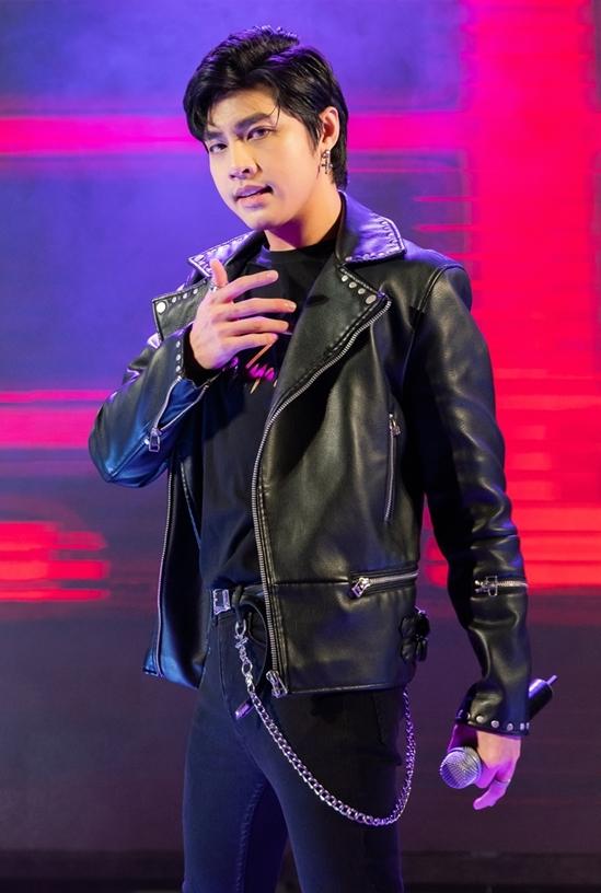 """<p> Noo Phước Thịnh khuấy động không khí bằng 4 bản hit: """"Wanna stay in love"""", """"Cause I love you"""", """"Really love you"""", """"Tôi là một ngôi sao"""".</p>"""