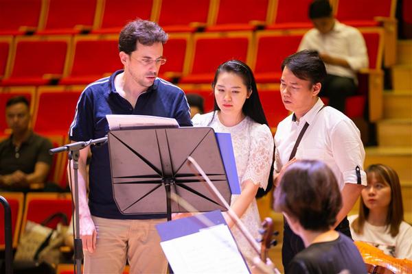 Không chỉ vị nhạc trưởng điển trai mà cả nhạc sĩ Trần Mạnh Hùng cũng luôn sát sao theo dõi ca sĩ Phạm Thùy Dung trong suốt luyện tập, để đảm bảo các bản phối đạt yêu cầu tốt nhất.