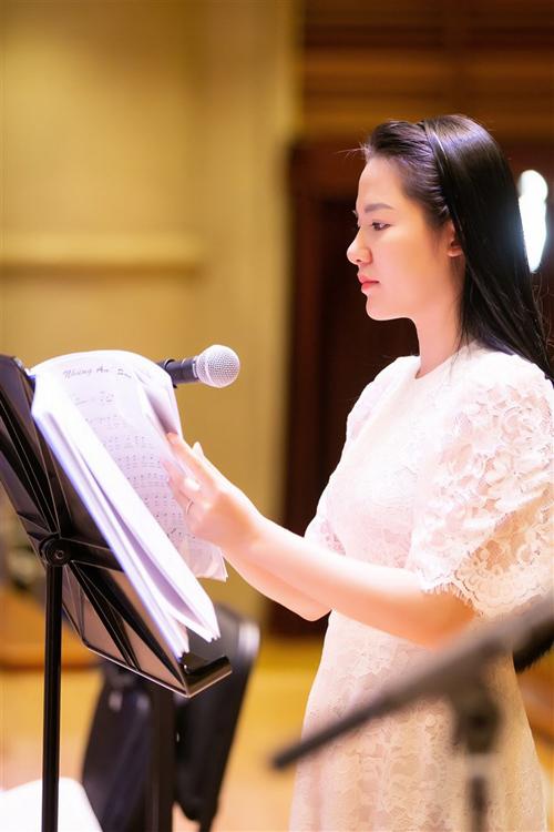 Diện trang phục giản dị đến buổi tập luyện, nữ ca sĩ có chất giọng soprano cao vút trong trẻo tập trung cao độ luyện thanh cho từng bài hát. Thoáng chút căng thẳng trên gương mặt, Phạm Thùy Dung chia sẻ, cô khá lo lắng cho sự kiện trọng đại của cuộc đời một ca sĩ. Nhưng cô tin rằng với sự giúp sức của một ekip chuyên nghiệp,