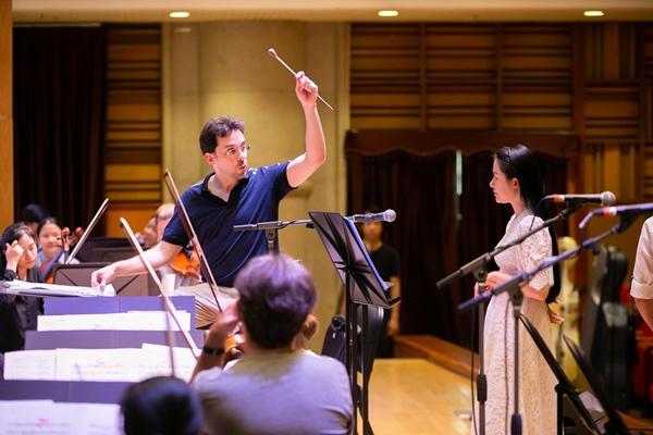 Ông tận tình chỉ dẫn, chỉnh sửa từng quãng ngân, lên xuống để Phạm Thùy Dung có thể hòa giọng cùng dàn nhạc một cách xuất sắc nhất.