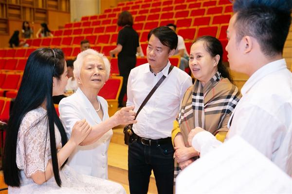 Mỗi buổi tập luyện, bà giáo Hồ Mộ La, cô giáo Thu Hằng, những người thầy đã tận tình hướng dẫn ca sĩ Phạm Thùy Dung từ những ngày đầu tiên theo đuổi dòng nhạc opera cũng có mặt. Họ chăm chú theo dõi, kịp thời đưa ra những góp ý thấu đáo cho cô trò nhỏ. Hơn ai hết, họ là người mong mỏi nhất được nhìn thấy học trò của mình thành công trong live concert quan trọng này.